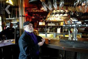 Portret van Corneille in een café