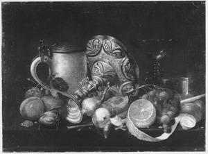 Stilleven met een bierpul, tazza, glazen en fruit