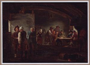 Herbergtafereel met een groepje pratende mannen; in de achtergrond kaartspelers rond een tafel