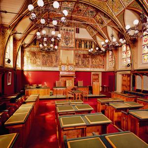 Statenzaal van Friesland uitgevoerd in neogotische stijl, voorzien van figuratieve en ornamentele schilderingen.