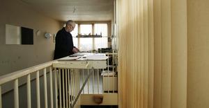 Fons Brasser aan het werk in zijn atelier