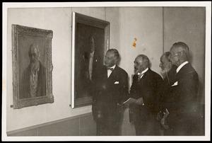 Jan Sluijters (2ev.r.) en Adriaan van Zeegen (2e v.l.) op de opening van de overzichtstentoonstelling van Jan Sluijters