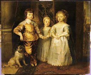 De drie oudste kinderen van Karel I, staande met een spaniël