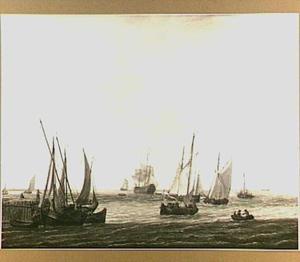 Schepen voor de kust met links een aanlegplaats