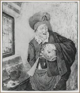 Oude man met hoed, drinkkan in de hand, in een interieur