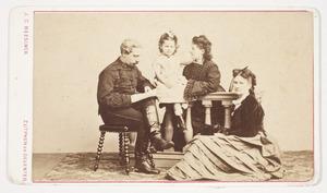 Portret van Frederik Constantijn Willem Juckema van Burmania Rengers (1839-1928) en zijn gezin