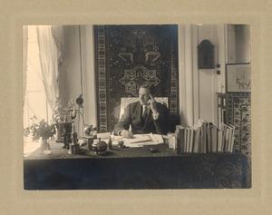 Portret van Otto van Tussenbroek aan zijn bureau