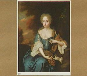 Portret van een vrouw met haar schoothondje, zittend in een landschap