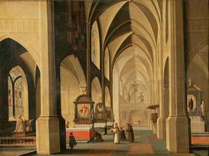 Interieur van een gothische kerk met aanvang van de viering van een mis