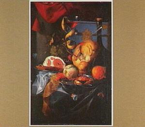 Pronkstilleven met ham, fles wijn, brood, vruchten en een blauwe doos op een tafel met donker blauw kleed
