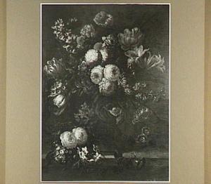 Bloemstilleven van rozen, tulpen, narcissen en andere bloemen op een stenen plint