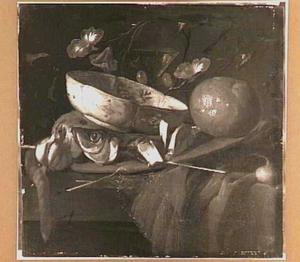 Stilleven met haring en knoflook, sinaasappel en een porseleinen schaaltje