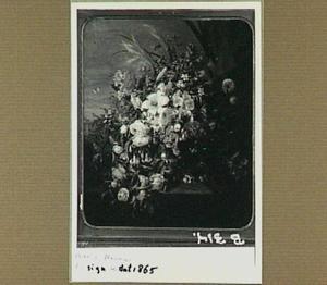 Bloemen in een zilveren kan