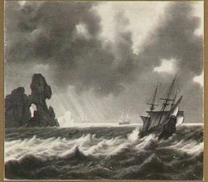 Schepen in naderende storm voor een rotsachtige kust