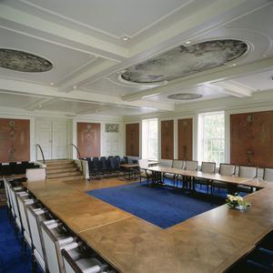 Raadzaal met geschilderde behangsels, grisailles en beschilderd plafond