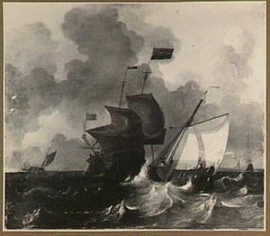 Hollandse schepen in onrustig weer, in de achtergrond een kustlijn met het silhouet van een molen