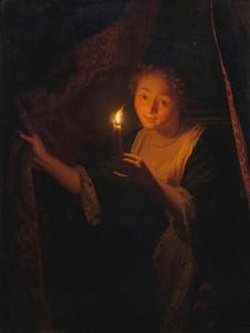 Meisje met een brandende kaars, dat een gordijn opzij schuift