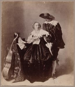 Zittende jonge vrouw met brief en staande jonge man