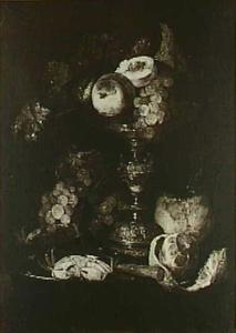 Stilleven met fruit, krab, geschilde citroen, mes en zilveren tazza