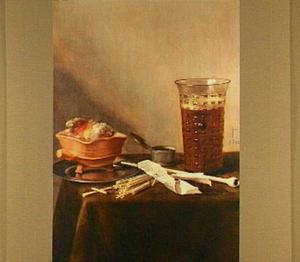 Stilleven van rookgerei en een glas bier op een tafel met een donker kleed