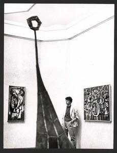 De schilder Jan Cremer tijdens een tentoonstelling van zijn werk