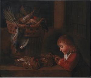 Jongen speelt met twee kippen op een tafel, daarnaast een mand met gevogelte, asperges en groenten