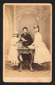 Portret van Jetty Greve (...-...), Anna Greve (...-...) en een jongen, mogelijk Jan Greve (...-...)