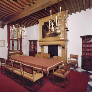 Rode zaal met schoorsteenbetimmering