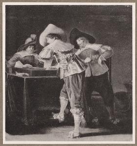 Triktrakspelende en rokende mannen in een interieur