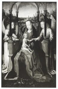 Maria met kind en twee engelen onder een loggia; in de achtergrond een stad