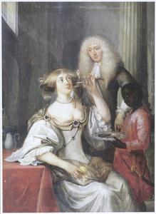 Jonge vrouw drinkt uit een glas dat haar is aangeboden door een bediende, een man kijkt toe