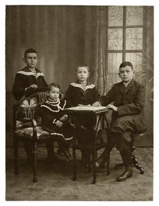 Portret van de kinderen van Johannes Dunnewold (?-?) en Louise Engeline Gerrits (?-?)