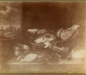 Visstilleven met kreeft, weegschaal; uitzicht door een venster op visverkopers op het strand