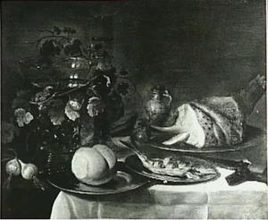 Stilleven met ham, bokking, brood, uitjes, wijnglazen en messenhuls