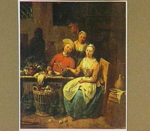 Vrouw die groente schoonmaakt en een rokende man bij een tafel