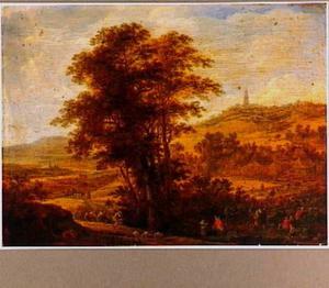 Heuvelachtig landschap met grote boom en oogstende boeren op de voorgrond; op de achtergrond een fantasie-gezicht op Utrecht