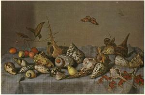 Stilleven van schelpen, kersen en rode aalbessen op een gedekte tafel, met daarboven, in de lucht, een vlinder en een vlieg