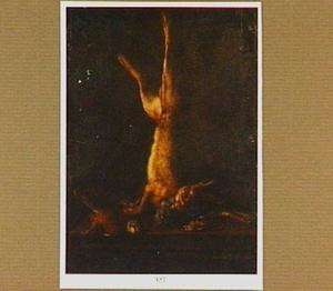Dode haas hangend aan een spijker boven een tafel met gevogelte