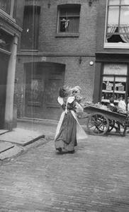 Passante met kind in de Jordaan te Amsterdam