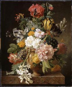 Een bloemstuk in een marmeren vaas op een marmeren plint