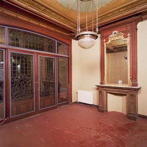 Kamer met laat-19de eeuwse wand -en plafondafwerking