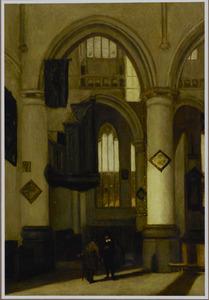Interieur van een gotische kerk met twee converserende figuren