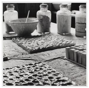 Glazuren van platen voor een keramisch mozaïek met vingerafrukken