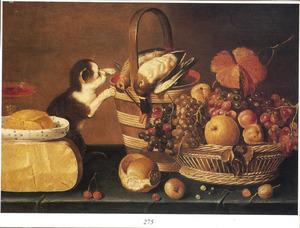 Stilleven met kaas, boter, vruchten, gevogelte en een jonge poes
