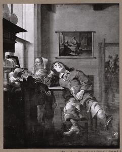 Jonge vrouw en slapende man in een interieur
