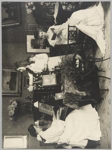 Groepsportret van Marie Adelaide Mathilde van Weede (1860-1934) met haar dochters Adelaide Marie Labouchere (1889-1967) en Marguerite Emilie Labouchere (1892-1953)