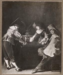 Vrolijk gezelschap van rokende en triktrakspelende mannen in een interieur