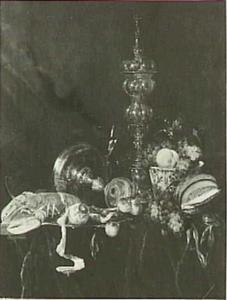Stilleven met kreeft, vruchten, omgevallen tazza en akeleibeker op een donker kleed