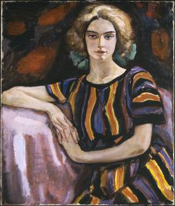 Vrouw in gestreepte jurk