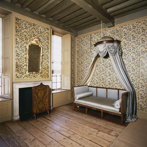 Kamer met gesjabloneerd linnen behangsel